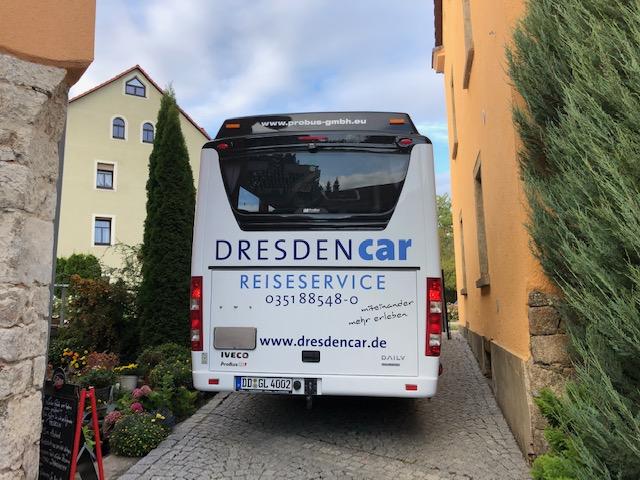 Bus hinter Cafe im Hof Löbau, CC0 by Hartmut